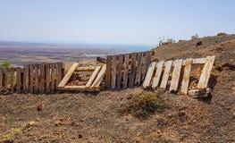 Het houten pallet maken van scheidingsomheining op het aardegebied stock foto's