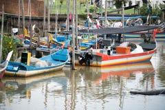 Het houten parkeren van de vissenboot bij de pijler stock afbeelding