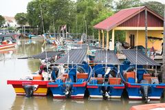 Het houten parkeren van de vissenboot bij de pijler royalty-vrije stock afbeelding