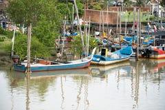 Het houten parkeren van de vissenboot bij de pijler stock fotografie