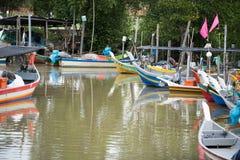 Het houten parkeren van de vissenboot bij de pijler stock foto