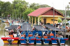 Het houten parkeren van de vissenboot bij de pijler stock foto's