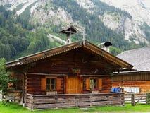 Het houten plattelandshuisje traditionele leven in bergen Stock Afbeeldingen