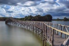 Het houten reservoir van de brugoversteekplaats zuidelijk van Thailand Royalty-vrije Stock Foto's