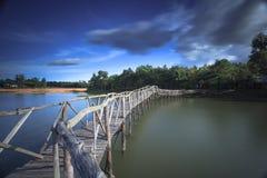 Het houten reservoir van de brugoversteekplaats zuidelijk van Thailand Stock Afbeeldingen
