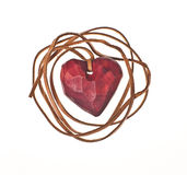 Het houten rode hart sluit met leerkoord in Stock Foto