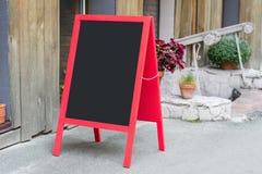 Het houten rode restaurantuithangbord met plaats voor tekst op de de advertentie van de straatadvertentie het menuaffiche van het royalty-vrije stock afbeeldingen