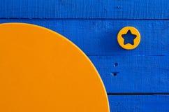 Het houten schilderen, het houten bewerken, blauwe en sinaasappel verzadigde kleuren Stock Foto's