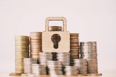 Het houten slot en de stapel muntstukken in concept besparingen en geld het groeien of energie sparen royalty-vrije stock foto's