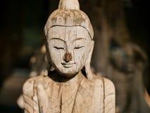 Het houten standbeeld van Boedha in tempel in Thailand Stock Foto