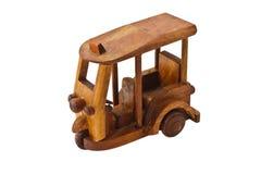 Het houten stuk speelgoed van de driewieler autoriksja Stock Afbeeldingen