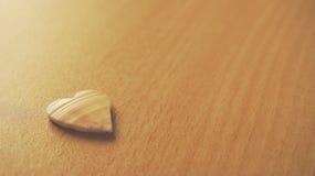 Het houten symbool van de hartliefde Stock Foto's