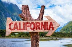 Het houten teken van Californië met bergenachtergrond Stock Foto's
