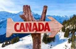 Het houten teken van Canada met de achtergrond van alpen Stock Afbeelding