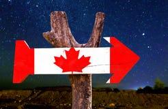 Het houten teken van Canada met een mooie nacht Stock Foto