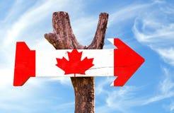 Het houten teken van Canada met hemelachtergrond Royalty-vrije Stock Afbeeldingen
