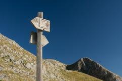 Het houten teken van de wandelingssleep met toneelmening Stock Fotografie