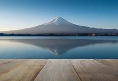 Het houten terras en zet fuji in de vroege ochtend met bezinning op royalty-vrije stock afbeeldingen