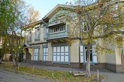 Het houten two-storey huis met balkon op de straat van Irkoetsk Stock Foto