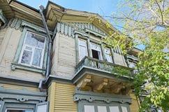 Het houten two-storey huis met balkon op de straat van Irkoetsk Stock Afbeelding