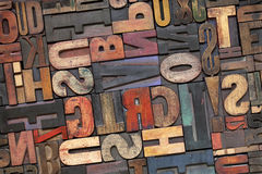 Het houten type van letterzetsel met inktpatina stock fotografie