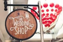 Het houten uithangbord van de huwelijkswinkel in het winkelcomplex royalty-vrije stock foto