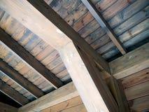 Het houten van het steunstraal en dak draaien vastgenageld aan het stock afbeeldingen