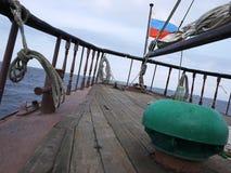 Het houten varende schip is op het overzees Details en close-up zonnig weer stock afbeelding