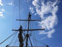 Het houten varende schip is op het overzees Details en close-up zonnig weer stock foto's