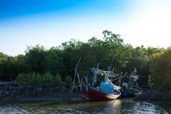 Het houten vissersbootanker op strand wordt klaar voor sleepnet rond Th Royalty-vrije Stock Afbeelding