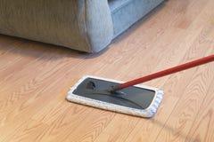 Het houten vloer schoonmaken bij een huis stock foto's