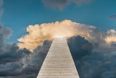 Het houten voetpad leidt tot de heldere hemel Concept succes, voltooiing, ontwikkeling, bevordering of carrière stock foto