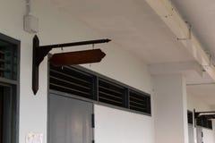 Het houten voorklaslokaal van muuretiketten stock afbeeldingen