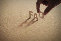 Het houten woord van FAQ Stock Foto's