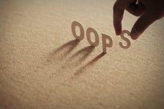 Het houten woord van OOPS op samengeperste raad Stock Foto