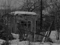 Het houtschuurtje in de winter royalty-vrije stock afbeelding