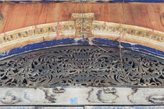 Het houtsnijwerk en de gipspleister sieren het verfraaien boven de ingangsdeur van het klassieke Chinees-Portugese gebouw, Yasoth Stock Foto's