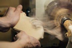 Het houtsnijwerk, het hoofd de handenwerk van ` s met een houten oppervlakte, een beroeps doet houten ambachten Royalty-vrije Stock Foto's