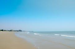 Het Hua Hin-strand op blauwe hemelachtergrond In de zomer Stock Fotografie