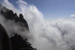 Het Huangshanoverzees van wolken is in China benieuwd royalty-vrije stock fotografie