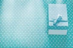 Het huidige vakje op blauwe stip achtergrondexemplaar ruimtevakantie bedriegt stock afbeeldingen