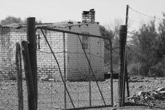 Het huis alleen en de poorten sluiten royalty-vrije stock fotografie