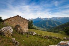 Het huis in bergen Stock Afbeelding