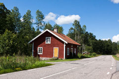 Het huis bij de weg. Stock Afbeelding