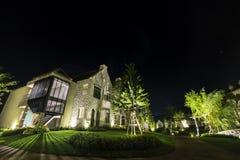 Het huis bij schemer, nacht kijkt als Engels-Stijlplatteland Stock Foto's
