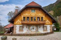 Het huis bouwt als grote koekoeksklok in het zwarte bos in Duitsland royalty-vrije stock foto's