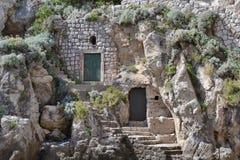 Het huis bouwt in rots stock foto