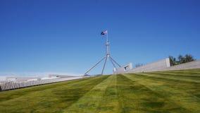 Het huis Canberra van het vlaggestokparlement stock videobeelden