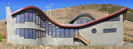 Het Huis dat van de golf Vreedzame Oceaan overziet royalty-vrije stock foto