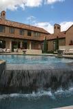 Het huis dat van de luxe over de pool kijkt stock foto's